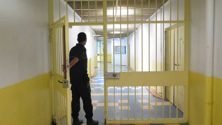 Un surveillant ouvre la porte du quartier de la maison d'arrêt d'Osny (Val-d'Oise) accueillant l'unité consacréeaux détenus radicalisés, le 31 août 2016. (MAXPPP)