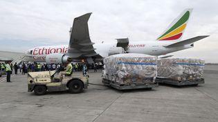 Arrivée de masques et de tests pour lutter contre le Covid-19 à l'aéroport international d'Addis Abeba en Ethiopie, donnés à l'Afrique par le milliardaire chinois Jack Ma. Photo prise le 23 mars 2020. (REUTERS/Tiksa Negeri)
