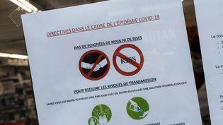 Une affiche de prévention concernant le coronavirus, le 4 mars 2020. (RICCARDO MILANI / HANS LUCAS / AFP)