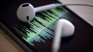 Le seuil des 100 millions de podcasts français écoutés a été dépassé en octobre. (THOMAS SAMSON / AFP)