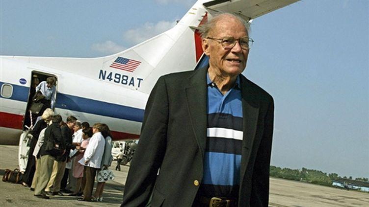 Robert McNamara, arrivant à Cuba, le 10 octobre 2002 (© AFP/Adalberto Roque)