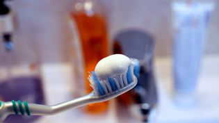 Deux tiers des dentifrices vendus en France contiennent du dioxyde de titane, selon l'associationAgir pour l'environnement. (JULIO PELAEZ / MAXPPP)