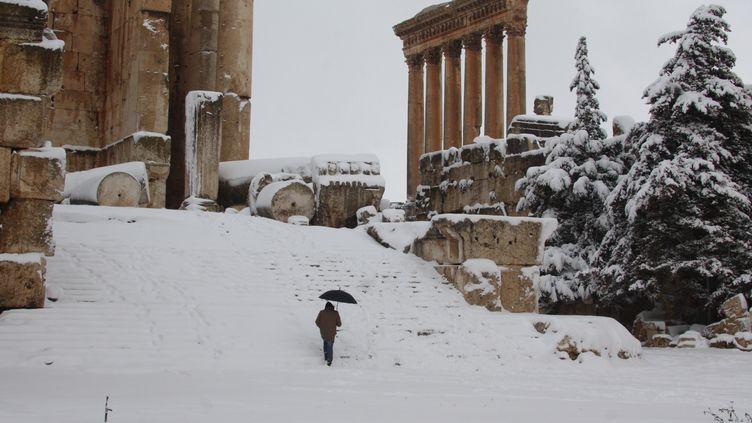 Un visiteur descend les marches du temple de Baachus, à Baalbek, au Liban, mercredi 9 janvier 2013. ( AFP )