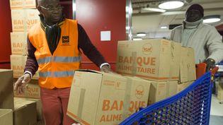 Des volontaires de la Banque alimentaire (illustration). (GEOFFROY VAN DER HASSELT / AFP)