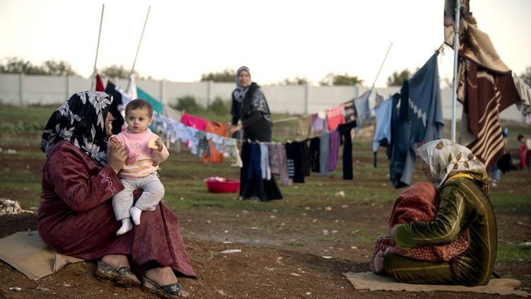 Des Syriennes ont trouvé refuge dans un camp à la frontière entre la Syrie et la Turquie, le 5 décembre 2012. (ODD ANDERSEN / AFP)