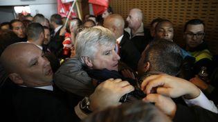 Le directeur d'Air France à Orly, Pierre Plissonnier, est évacué du comité central d'entreprise, lundi 5 octobre, à Roissy-en-France (Val-d'Oise). (KENZO TRIBOUILLARD / AFP)