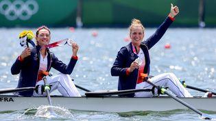 Claire Bové etLaura Tarantola ont remporté la médaille d'argent en aviron féminin double poids léger lors des Jeux olympiques de Tokyo, le 29 juillet 2021. (AGENCE KMSP / KMSP / AFP)