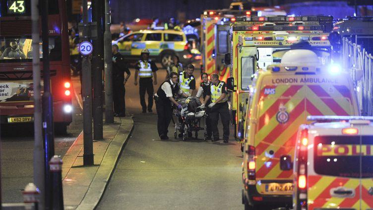 Les secours interviennent après l'attentat de Londres, le 4 juin 2017. (DANIEL SORABJI / AFP)