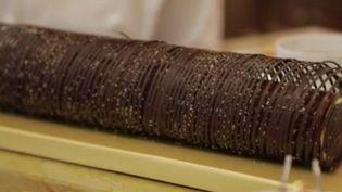 Pour son quatrième épisode dédié aux bûches de Noël, France 2 s'est rendue dans les cuisines du Ritz (Paris) à la rencontre du meilleur pâtissier de restaurant au monde. (France 2)