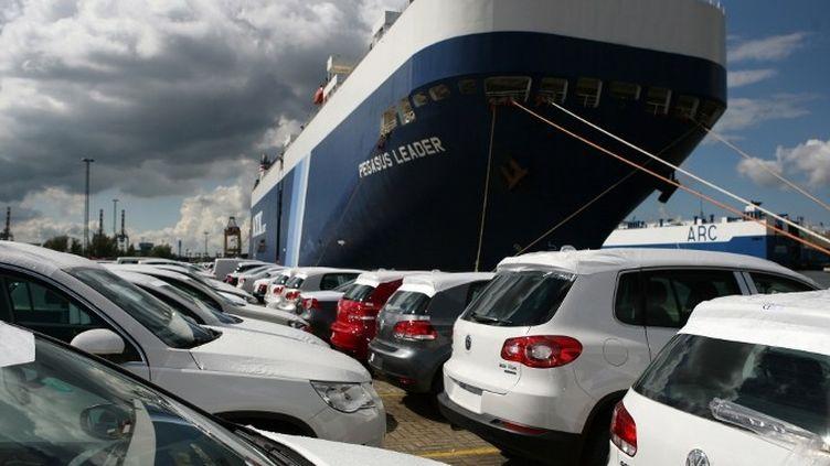 Exportations de Volkswagen dans le port de Bremenhaven. (PATRIK STOLLARZ / AFP)