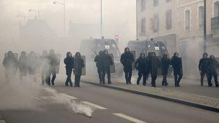 Des CRS se déploient, le 14 mai 2016 à Rennes (Ille-et-Vilaine). (DAMIEN MEYER / AFP)