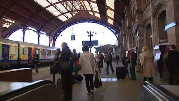 Des voyageurs sur le départ à la gare de Strasbourg (Bas-Rhin), le 21 avril 2012. (FTVI / FRANCE 3)