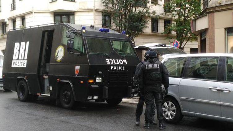 Un camion et des hommes de la Brigade de recherche et d'intervention, rue de Charonne à Paris, le 24 août 2015. (PIERRE LAURENT / TWITTER )