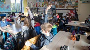 Des élèves de CM1 et CM2 de l'école Saint-Jean de Douarnenez dans le Finistère. (QUEMENER YVES-MARIE / MAXPPP)