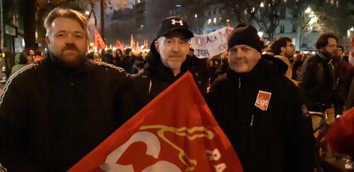 Gilles Salaün, Charly Lerebourg et Thierry Izzy, conducteurs de métro à la RATP, manifestent contre la réforme des retraites, le 5 décembre 2019, à Paris. (YANN THOMPSON / FRANCEINFO)