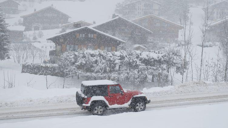 Un véhicule sous la neige dans la station de ski de La Clusaz (Haute-Savoie), le 29 décembre 2020. (Photo d'illustration) (GIACOMO ITALIANO / HANS LUCAS / AFP)