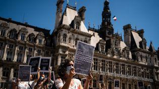 Des manifestants réclament quele calcul de l'allocation adulte handicapé (AAH) ne soit plus assujetti aux revenus du partenaire, le 13 juin 2021, devant l'hôtel de ville de Paris. (XOSE BOUZAS / HANS LUCAS / AFP)