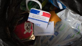 Une carte d'électeur déchirée et jetée aux poubelles, le 28 juin 2020, à Paris. (GEORGES GONON-GUILLERMAS / HANS LUCAS / AFP)