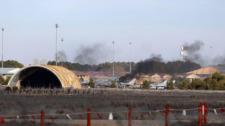 De la fumée s'échappe de l'aéroport militaire de Los Llanos (Espagne), lundi 26 janvier. Dix personnes sont mortes dans le crash d'un avion, juste après son décollage. (JOSEMA MORENO / AFP)