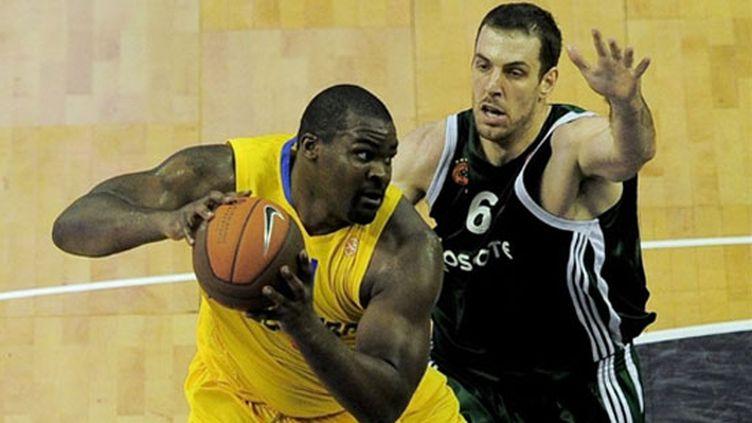 Le joueur du Panathinaïkos Sofo Schortsanitis face à la menace du Maccabi