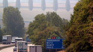 Des voitures et des camions circulent sur l'autoroute A4 qui relie Strasbourg (Bas-Rhin) à Paris, le 22 août 2005. (ILAN GARZONE / AFP)