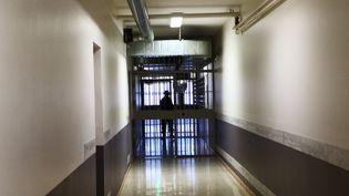 Couloir de prison au centre pénitentiaire de Saint-Quentin-Fallavier. (NINA VALETTE / FRANCE-BLEU ISÈRE)
