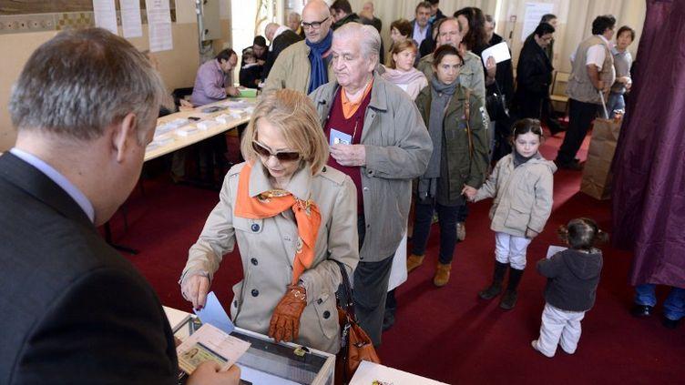 Un bureau de vote à Paris, le 22 avril 2012. (ERIC FEFERBERG / AFP)