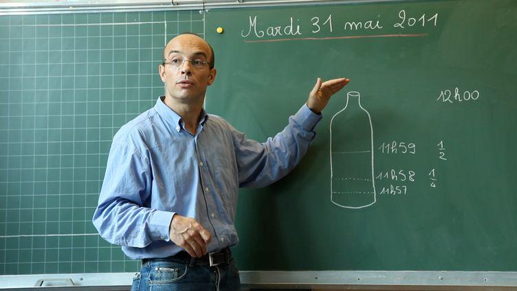Gilles Vernet photographié dans sa classe, le 31 mai 2011. (LA CLAIRIERE PRODUCTIONS)