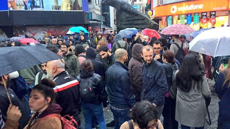 Plusieurs centaines de personnes ont manifesté, lundi 17 avril à Istambul, contre la réforme constitutionnelle du président Erdogan. (FRANCK MATHEVON / RADIOFRANCE)