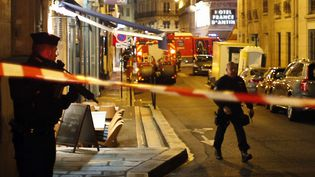 Des agents de la police après l'attaque au couteau survenue dans le quartier de l'Opéra, dans le 2e arrondissement de Paris, le 12 mai 2018.  (THIBAULT CAMUS / AP / SIPA)