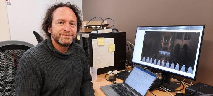 Brian Katz, chercheur en acoustique au CNRS, fait des préconisations pour les travaux de rénovation de la cathédrale Notre-Dame afin d'en restaurer l'acoustique d'origine. Ici dans son laboratoire sur le campus de Jussieu, en avril 2021. (BENJAMIN  ILLY / FRANCE-INFO)