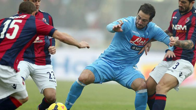 Gonzalo Higuain enferré dans la défense de Bologne