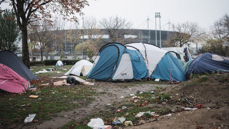 Des migrants dorment sous des tentes près du Stade de France, le 11 novembre 2020, aux portes de Paris. (LUCAS BOIRAT / HANS LUCAS / AFP)