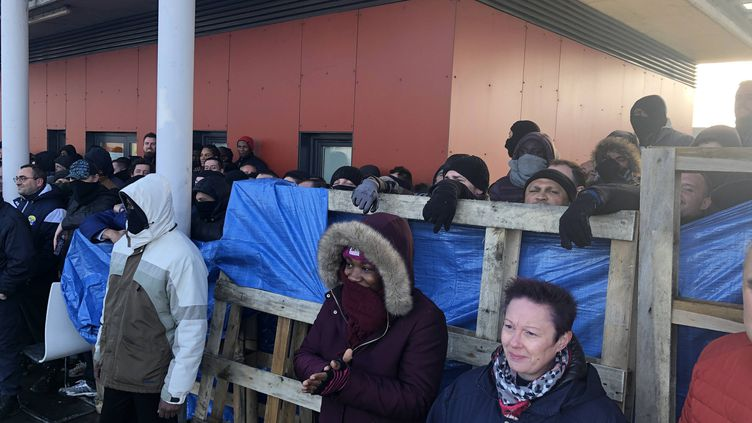 Manifestants devant la prison deCondé-sur-Sarthe, le 7 mars dernier. (FRANCOIS BOSCHER / MAXPPP)