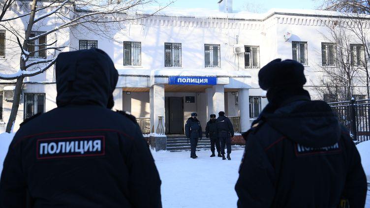 Des policiers se trouvent devant le lieu dedétention de l'opposant Alexeï Navalny, àKhimki (Russie) le 18 janvier 2021. (ALEXEY FILIPPOV / SPUTNIK / AFP)