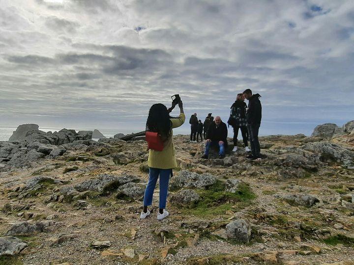 La pointe de Pen Hir, surla presqu'île de Crozon (Finistère), attire de nombreux touristes franciliens en cette fin février 2021. (BENJAMIN  ILLY / FRANCE-INFO)
