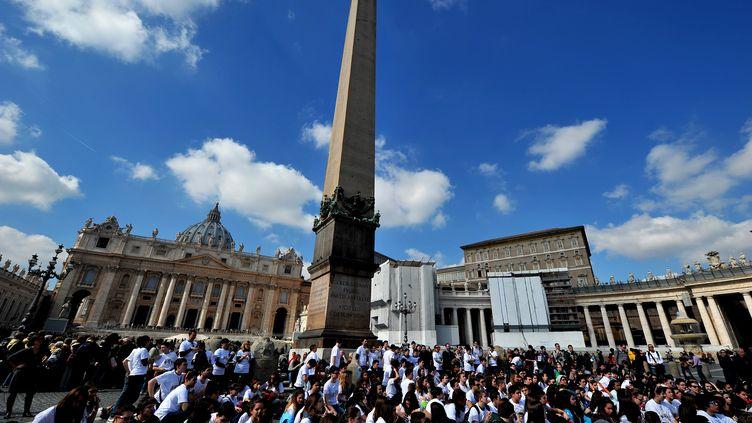 L'Eglise catholique a connu un dimanche sans bénédiction papale, trois jours après la renonciation de Benoît XVI et la vacance du trône pontifical. 3 mars 2013place Saint-Pierre du Vatican, (TIZIANA FABI / AFP)