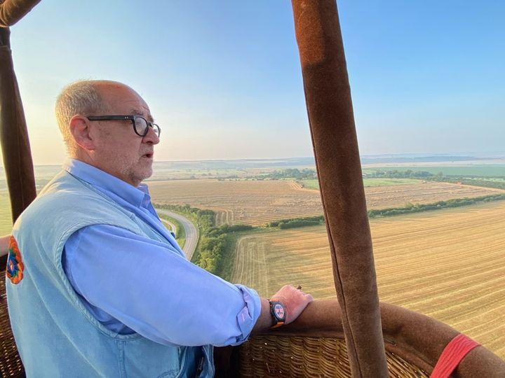 Philippe Buron Pilâtre, pilote de montgolfière, en plein vol. (BORIS LOUMAGNE / RADIO FRANCE)