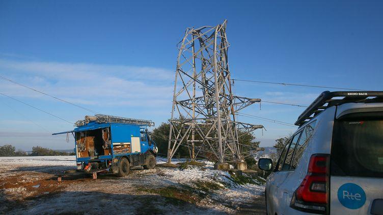 Des agents de RTE travaillent sur un pylone de lignes à haute tensionqui s'est cassé à la suite d'importantes chutes de neige, le 18 novembre 2019, à Châteauneuf-sur-Isère (Drôme). (NICOLAS GUYONNET / HANS LUCAS / AFP)