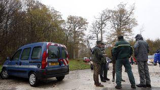 Les agents de l'Office National de la Chasse et de la Faune, ainsi que desgendarmes français participent le 14 Novembre 2014 à la recherche de ce qui a été décrit comme un tigre en liberté, dans les bois de Ferrières-en-Brie (THOMAS SAMSON / AFP)