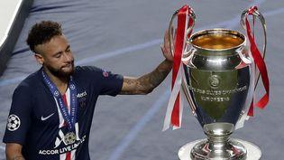 Le Parisien Neymar affiche sa déception après la défaite de son club en finale de la Ligue des champions face au Bayern Munich, le 23 août 2020 à Lisbonne (Portugal). (MANU FERNANDEZ / AFP)