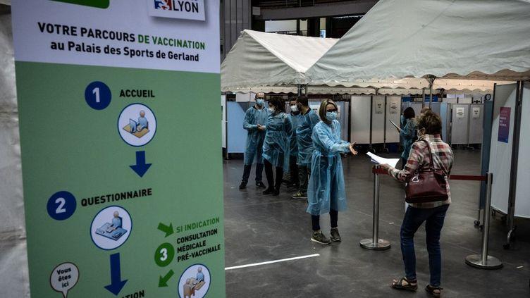 Une femme arrive au palais des sports de Gerland, transformé en vaccinodrome, à Lyon (Rhône), le 23 avril 2021. (JEAN-PHILIPPE KSIAZEK / AFP)