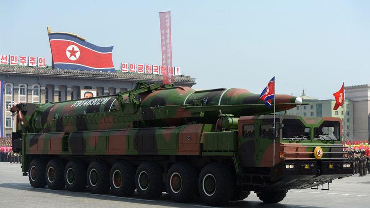 Un véhicule militaire transportant un missile, probablement un Taepodong, à Pyongyang (Corée du Nord), le 15 avril 2012. (PEDRO UGARTE / AFP)