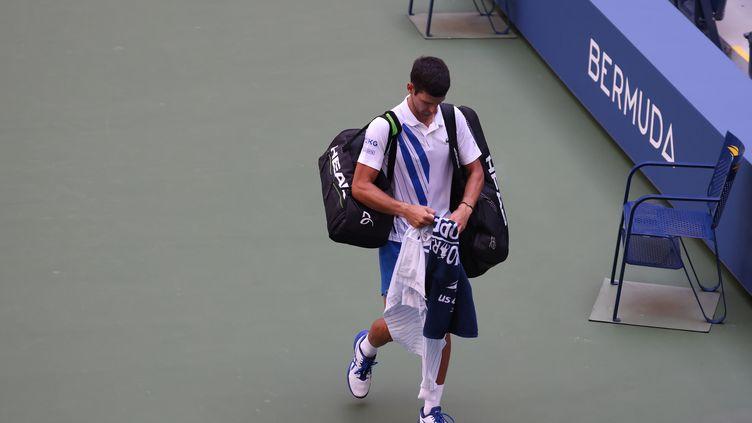 Novak Djokovic quitte le court après sa disqualification  (AL BELLO / GETTY IMAGES NORTH AMERICA)