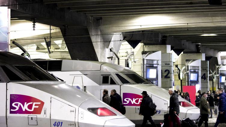 Des voyageurs à la gare Montparnasse, à Paris, le 22 mars 2018. (MAXPPP)