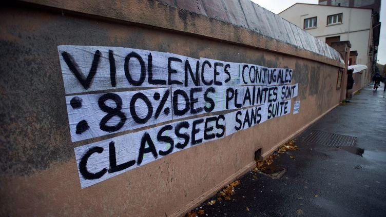 """Un mur à Toulouse (Haute-Garonne) où est inscrit """"Violence conjugale : 80% de toutes les plaintes sont abandonnées par la police ou la justice"""", le 23 novembre 2019 (photo d'illustration). (ALAIN PITTON / NURPHOTO)"""
