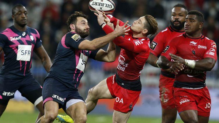 Duel entre le Parisien Jeremy Sinzelle et le Toulonnais James O'Connor (VALERY HACHE / AFP)
