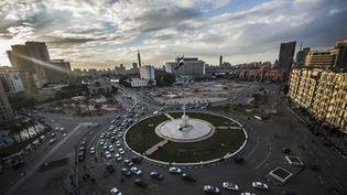Le drapeau national égyptien flotte sur la place Tahrir au Caire le 24 janvier 2016. C'est ici que s'était déroulé le soulèvement populaire de 2011 contre le président Hosni Moubarak. (KHALED DESOUKI / AFP)