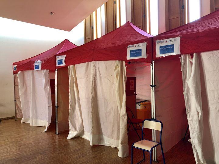 Des tentes de vaccination ont été installées vendredi 3 août dans une salle polyvalente du lycée Michel-Ange à Villeneuve-la-Garenne. (NOEMIE BONNIN / RADIO FRANCE)