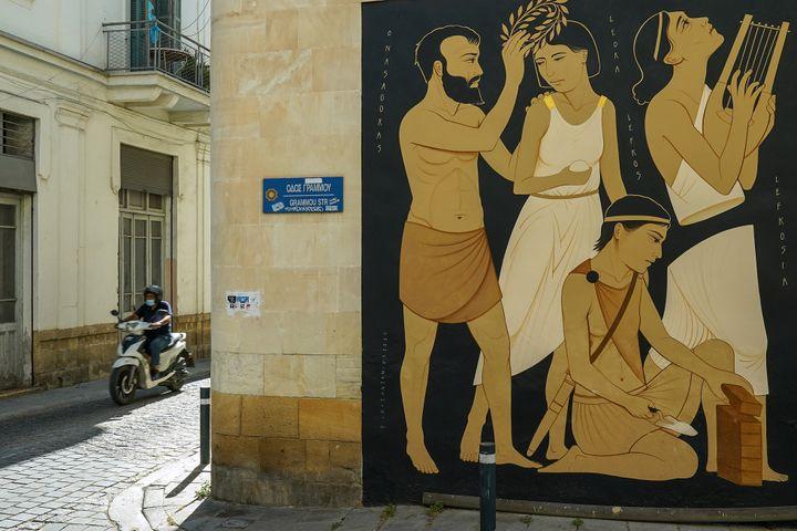 Peinture murale de l'artiste grec Fikos dans la capitale chypriote Nicosie le 7 juin 2021. (DAVID VUJANOVIC / AFP)
